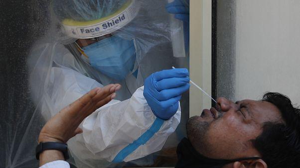 الهند تتجاوز عتبة أربعة ملايين إصابة بكوفيد-19