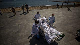 Barselona'da güneş banyosu yapan bir yoğun bakım hastası