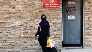امرأة تغادر منطقة خدمة للسيدات في مطعم في جدة، المملكة العربية السعودية