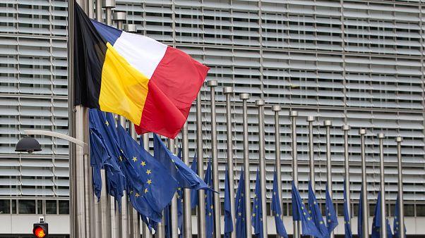 الأعلام البلجيكي والفرنسي والأوروبي أمام مقر المفوضية الأوروبية