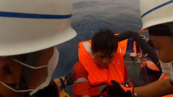 لحظه نجات یکی از ۴۳ خدمه کشتی مغروق توسط گارد ساحلی ژاپن