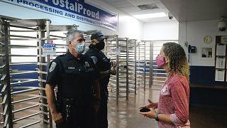 Debbie Wasserman Schultzot nem engedik be a posta miami elosztó központjába