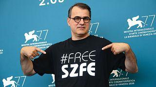 Mundruczó Kornél Velencében #FREE SZFE feliratú fekete trikóban