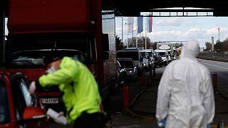 مأموران پلیس در حال توضیح محدودیت ها به هنگام ورود به اسلواکی در ماه مارس