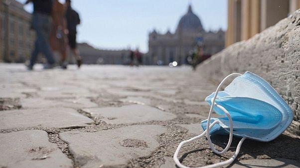 ماسک در خیابانی در رم