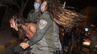 پلیس یکی از معترضان را در نزدیکی اقامتگاه بنیامین نتانیاهو  در بیتالمقدس بازداشت میکند