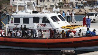 Los migrantes abordan un barco de la Guardia Costera italiana que los llevará al ferry GNV Rhapsody amarrado en la isla de Lampedusa, Italia, el 5 de septiembre de 2020.