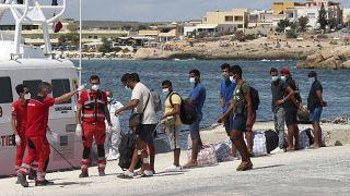 Migranti in procinto di essere trasferiti sulla nave quarantena