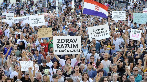 رفع المتظاهرون لافتات معبرين عن رفضهم إجراءات كوفيد-19