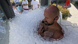 رکورد جهانی؛ دو ساعت و نیم برهنه در میان یخ