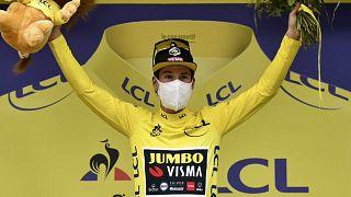 Pogacar gana al sprint y Roglic arrebata a Yates el maillot amarillo