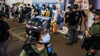 شاهد: اشتباكات جديدة بين الشرطة ومحتجين في هونغ كوتغ واعتقال المئات
