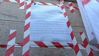 Az SZFE Chartája a parlament bejárata előtt, 2020. szeptember 6-án