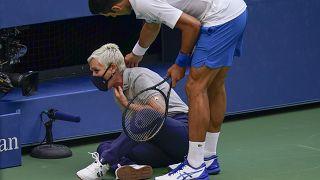 Novak Djokovic si scusa con la giudice di linea dopo averla colpita