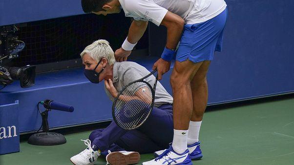 نجم التنس الصربي جوكوفيتش وهو يتفقد مراقبة الخطوط بعد إصابتها