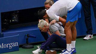Djokovic, vurduğu topun hakeme çarpması üzerine diskalifiye edildi