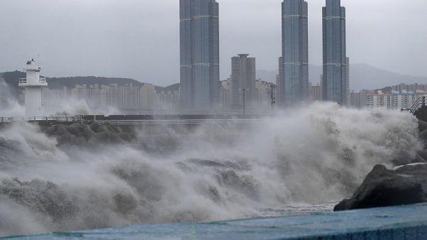 Több méteres hullámok a dél-koreai Puszan városnál