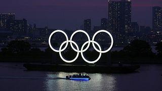 شعار الأولمبياد تطفو على الماء في دائرة أودايبا في طوكيو. 2020/06/03