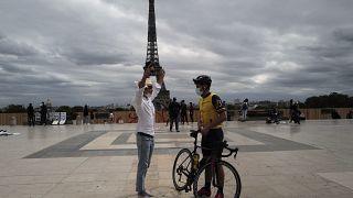 Dos hombres con mascarilla charlan frente a la Torre Eiffel, en París, el sábado 5 de septiembre de 2020.
