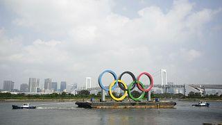 Japonya'nın başkenti Tokyo'da, römorkörlerle Olimpiyat sembolleri taşınırken