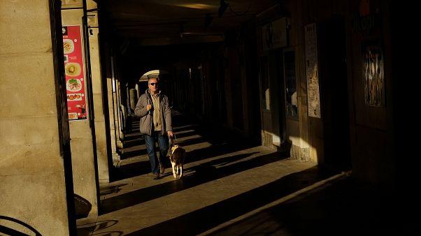 Un non vedente con il suo cane guida a Pamplona, nel nord della Spagna