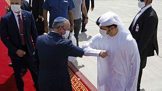 İsrail Ulusal Güvenlik Danışmanı Meir Ben-Shabbat, Abu Dabi'den ayrılırken bir BAE yetkilisiyle vedalaşırken