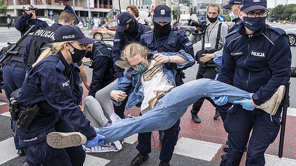 Aktivisten von Extinction Rebellion werden in Warschau von Polizisten weggetragen