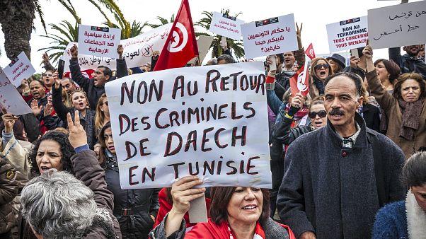 صورة من الأرشيف،  نساء يتظاهرن أمام البرلمان التونسي في تونس العاصمة: لا لعودة مجرمي داعش في تونس.
