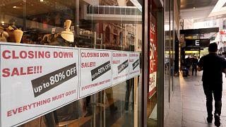 ملصقات عن تنزيلات بنسبة 80% قبل الإغلاق