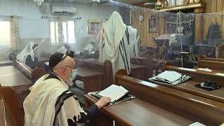 شاهد: يهود متشددون في زمن كورونا.. تمرّدٌ على إجراءات احتواء الوباء فرضوخٌ للأمر الواقع