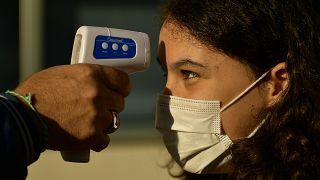 El personal de la escuela controla la temperatura a los jóvenes estudiantes en Labastida, País Vasco, 8 de septiembre de 2020.