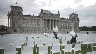 وترمز الكراسي البالغ عددها 13 ألفاً، والتي وضعت أمام مبنى الرايخستاغ، إلى سكان مخيم موريا في ليسبوس، كما ترمز كذلك لاستعداد بعض المدن والولايات الألمانية لاستقبال مهاجرين