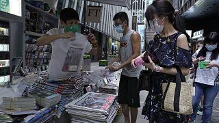 كشك لبيع الصحف في أحد شوارع وسط مدينة هونغ كونغ
