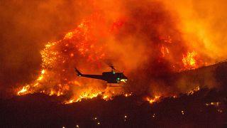 بالگرد امداد بر فراز حریق در کالیفرنیا