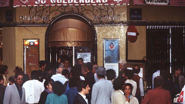 في 9 أغسطس 1982 ، ألقيت قنبلة يدوية على مطعم « جو غولندنبيرغ » في الحي اليهودي بباريس