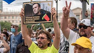 عکس الکسی ناوالنی در دست معترضان روس