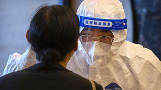 عامل في الصحة يجري اختبارا يخص كوفيد-19 على صجافي أجنبي في بيكين. 2020/09/07