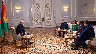 Alexandr Lukaşenko, Rus gazetecilerle röportaj yapıyor