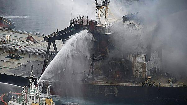 Sri Lanka açıklarında alev alan petrol tankerine havadan kimyasal müdahale