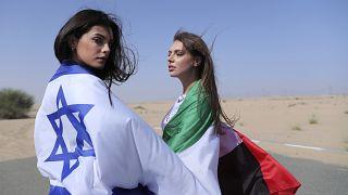 من اليسار عارضة الأزياء الإسرائيلية ماي تاغر بجانب أناستازيا باندارينكا، عارضة الأزياء المقيمة أثناء جلسة تصوير في دبي، الإمارات العربية المتحدة.