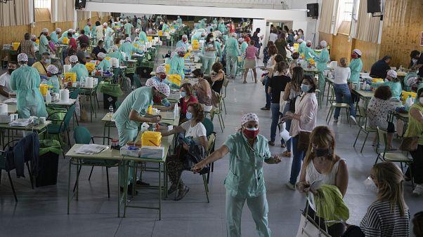 مدرسون وموظفون مساعدون يجرون اختبارات كوفيد-19 في مدريد. 2020/09/02