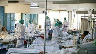 Unidad de Cuidados Intensivos del hospital Ramón y Cajal de Madrid el pasado abril. En pleno pico de la pandemia los estudiantes fueron llamados como refuerzo.