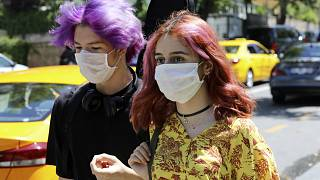 Ankara'da Covid-19'a karşı maskeleriyle yürüyen gençler