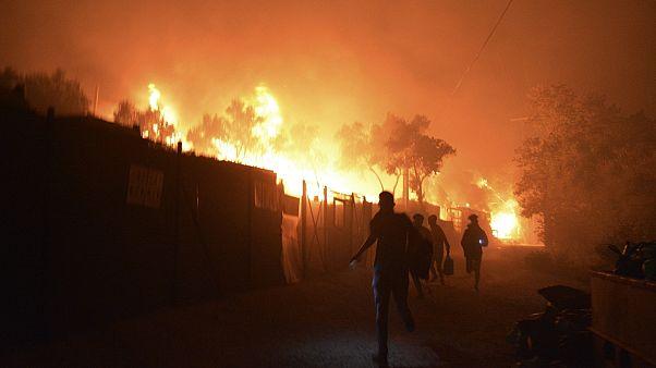 لاجئون ومهاجرون يفرون من مخيم موريا للاجئين في جزيرة ليسبوس اليونانية بعد اندلاع حريق، 9 سبتمبر 2020