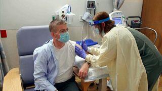 Un voluntario recibe una dosis de la vacuna de AstraZeneca