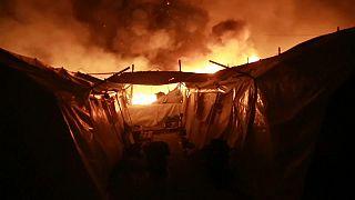 Enfrentamientos entre migrantes provocan un incendio que destruye el campamento de Moria