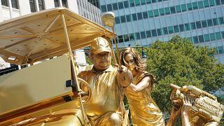تمثال حي جديد يجسد ترامب ويسخر منه في نيويورك