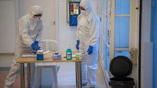 Védőruhába öltözött egészségügyi dolgozók a járványügyi bevetési egység gyakorlatán az Észak-Közép-budai Centrum Új Szent János Kórház és Szakrendelő Kútvölgyi tömbjében, Buda