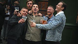 COVID-19: Лондон вводит новые запреты из-за беспечной молодежи