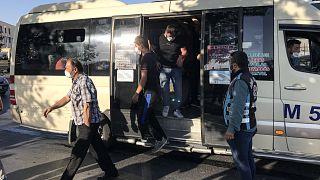İstanbul'da yapılan denetimlerde 12 kişilik minibüsten 33 kişi çıktı